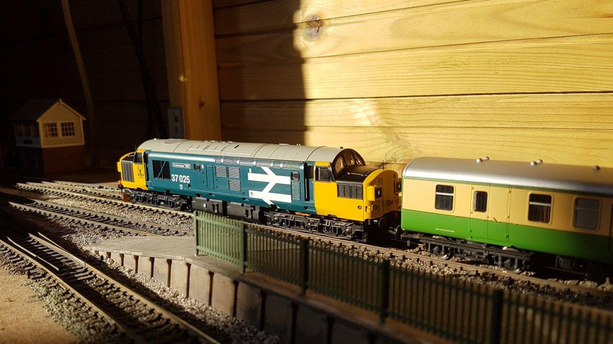 37025 departs Sheilling Bridge station