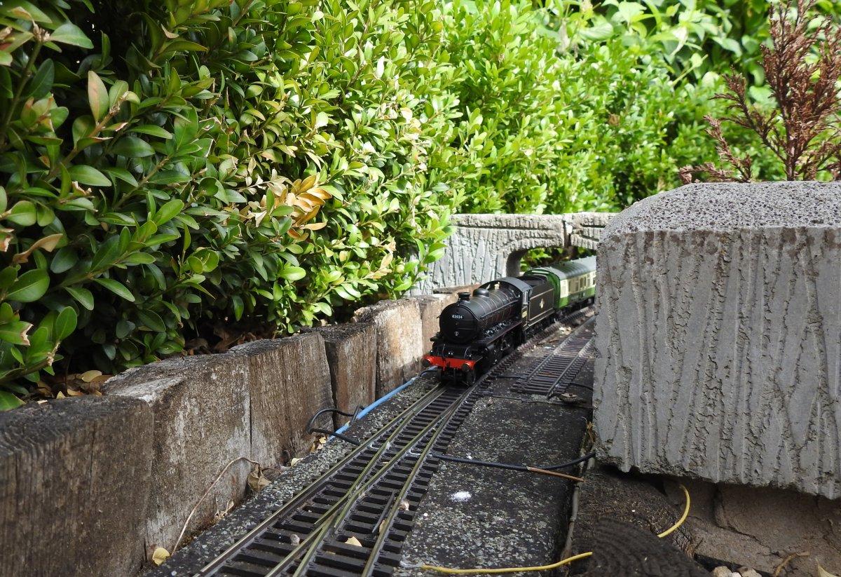 K1 62024 passes beneath Trundles Bridge