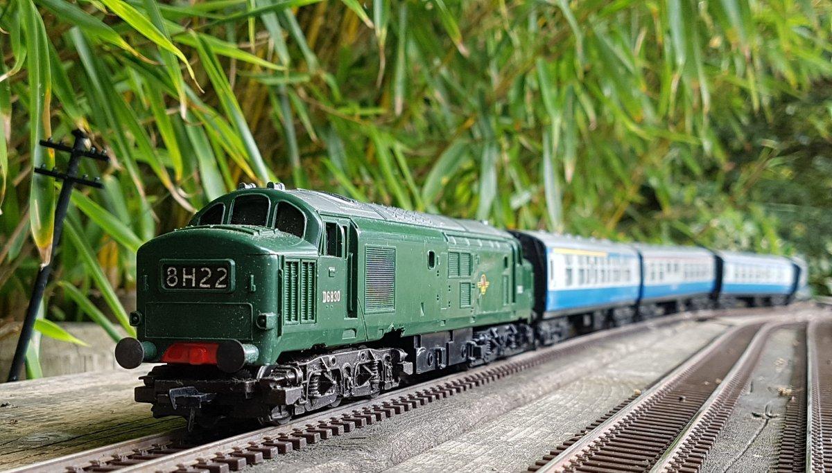 Tri-ang Class 37 D6830